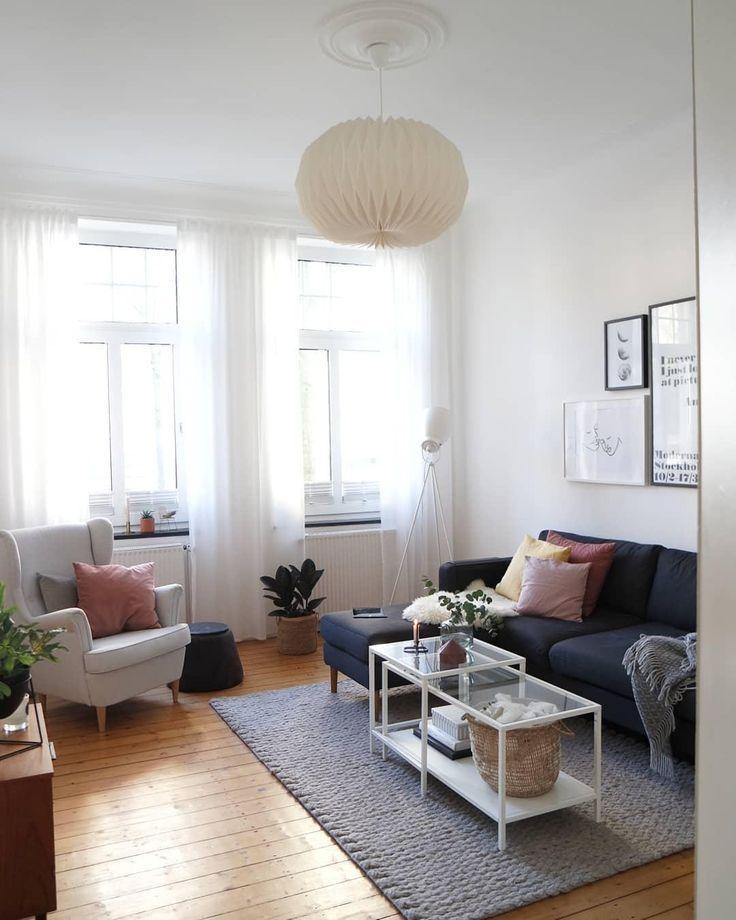 Eine kleine Gallery Wall und eine tolle Deckenleuchte bringen Leben in dieses Wo…