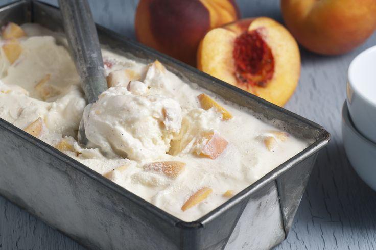 """Pfirsich-Rosmarin-Eis  Eine ungewöhnliche Kombination: würzige Kräuter und süßes Obst  Zutaten für 4-6 Personen: 300 gSahne 100 mlMilch 4 ganzeEigelb (M) 190 gZucker 500 gPfirsiche 1 ELZitronensaft 1 halbeVanilleschote 1/2 TLRosmarin (fein gehackt) 8 Stück """"Eis am Stiel""""-Bereiter"""