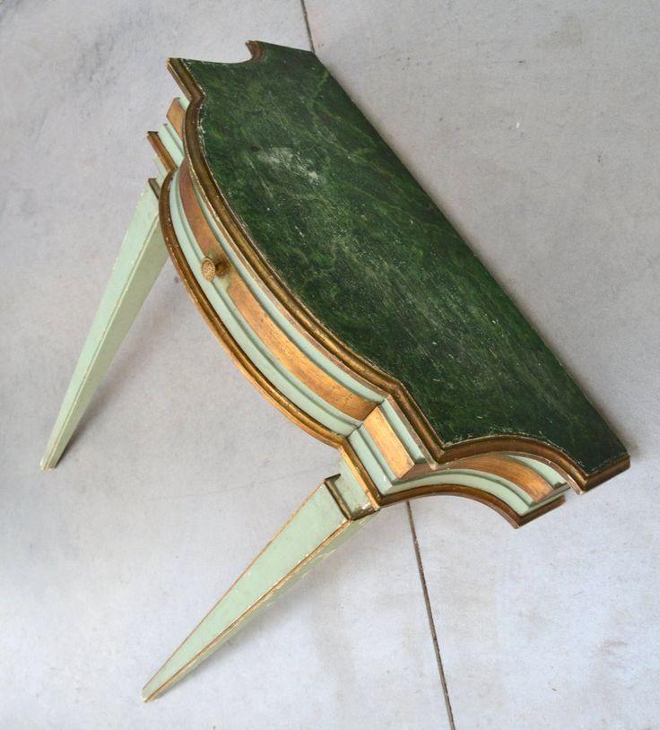 Piccola consolle laccata verde in stile Luigi XVI con dorature