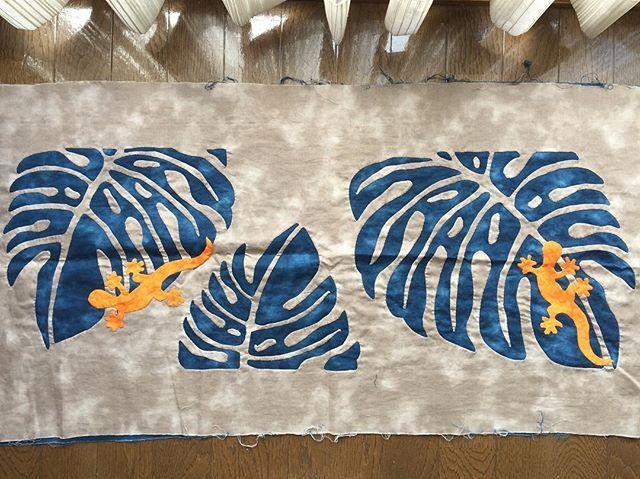 2匹目ゲッコーのアップリケも完成やっぱり難しかったまだまだ経験を積まないとちょっと主張し過ぎの配色のゲッコーだったかな #ハワイアンキルト#hawaiianquilt #モンステラ #ゲッコー #トートバック #マエダメグ