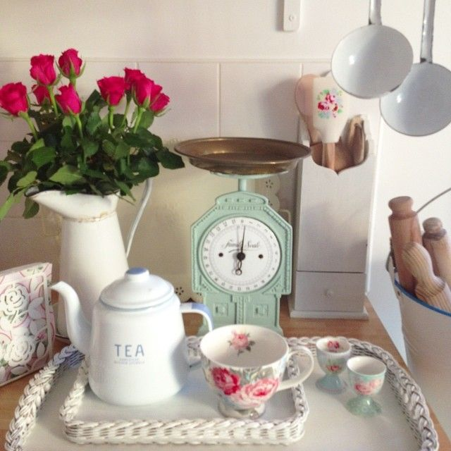 The beauty is in the tray and cup! Shabby and Charme: A casa di Debbie nell'Essex