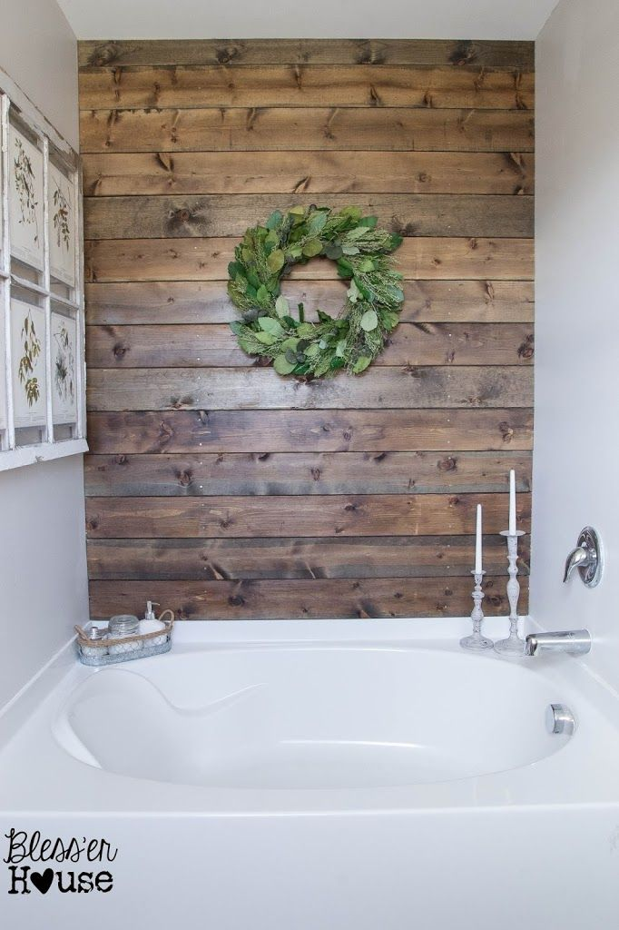 Pared de madera junto a la bañera