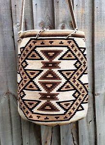 Authentic-Mochila-Wayuu-from-La-Guajira-traditional-size-una-hebra-tecnique