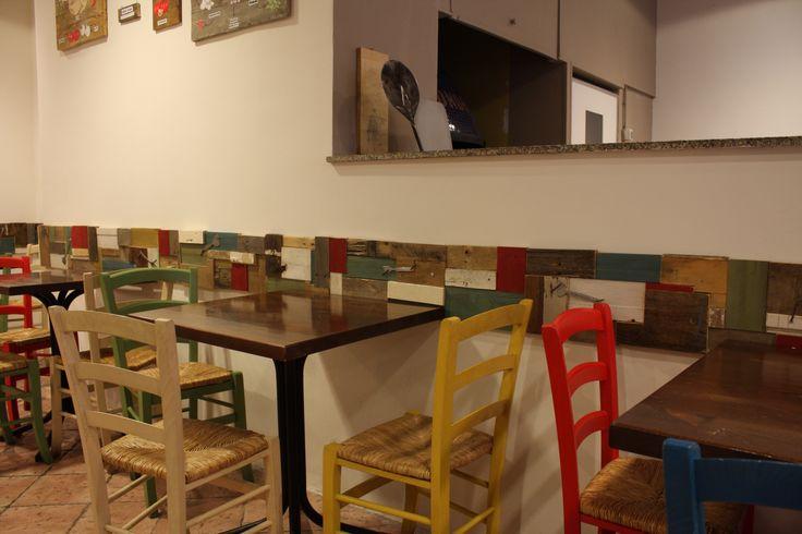 Ristorante Tonda a Roma Ė stata realizzata una fascia per tutto il perimetro del locale con legno di riciclo tagliato e dipinto a tono, con applicazioni utilizzando vecchie forc