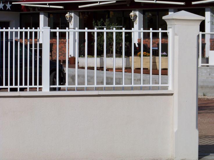 Pilier en béton décoratif pour aménagement de clôture. Modèle 33 cm, finition lisse et chanfreinée. Pilier monobloc, plein et armé. Mise en œuvre facile et rapide.