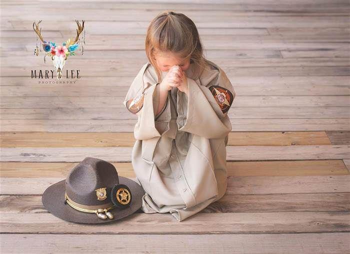 Ini Kisah Haru Dibalik Foto Gadis Kecil Berseragam Polisi - http://wp.me/p70qx9-5Km