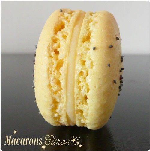 Ces macarons sont fourrés d'une ganache chocolat et citron. Découvrez ma recette des macarons en vidéo et tous mes conseils pour les réussir.