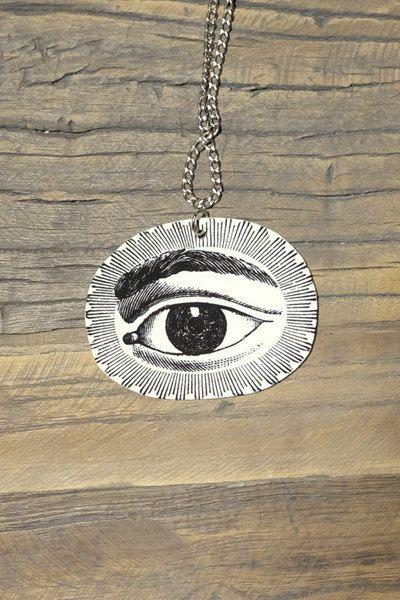 Black and white steampunk eye necklace by Little Rat´s Boutique. #handmade #diy #jewellery #jewelry #vintage #etsy #statementnecklace #steampunk #blackandwhite #eye