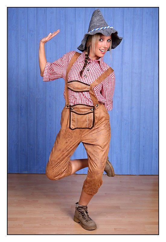 Traditionelle Lederhose Imitat für Frauen im Bayern Stil. Mit unserer Oktoberfest Hose sind Sie für den nächsten Besuch auf der Wiesn, dem Oktoberfest, bayrischen Festen. Volksfesten aber auch für Fasching super bekleidet.  Hergestellt ist die Latzhose aus braunem Lederimitat, 100% Polyester, mit schönen Ziernähten. Keine billige Fernostware, sondern ein Qualitätsprodukt.