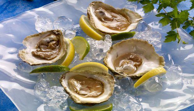 Østers naturell er en fransk klassiker som gjerne serveres med champagne. Det er når østers serveres naturell at den naturlige særegne smaken kommer til sin rett.