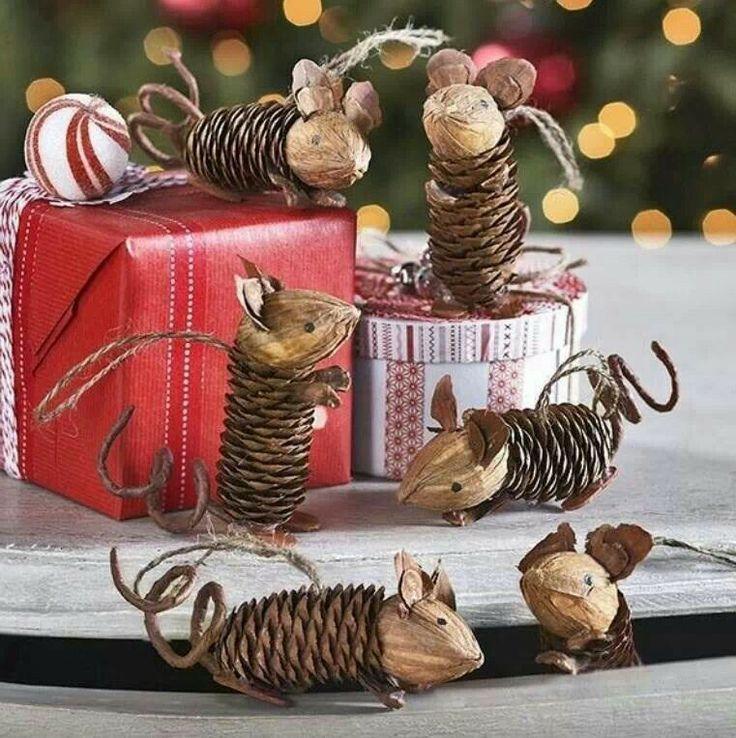 Realizzare un topolino con le pigne come decorazione per l'albero di Natale #DIY #christmasDIY #pineconeDIY