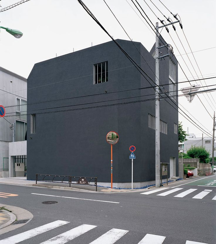the monolithic volume resembles that of enclosed box, surrounded, Hause ideen