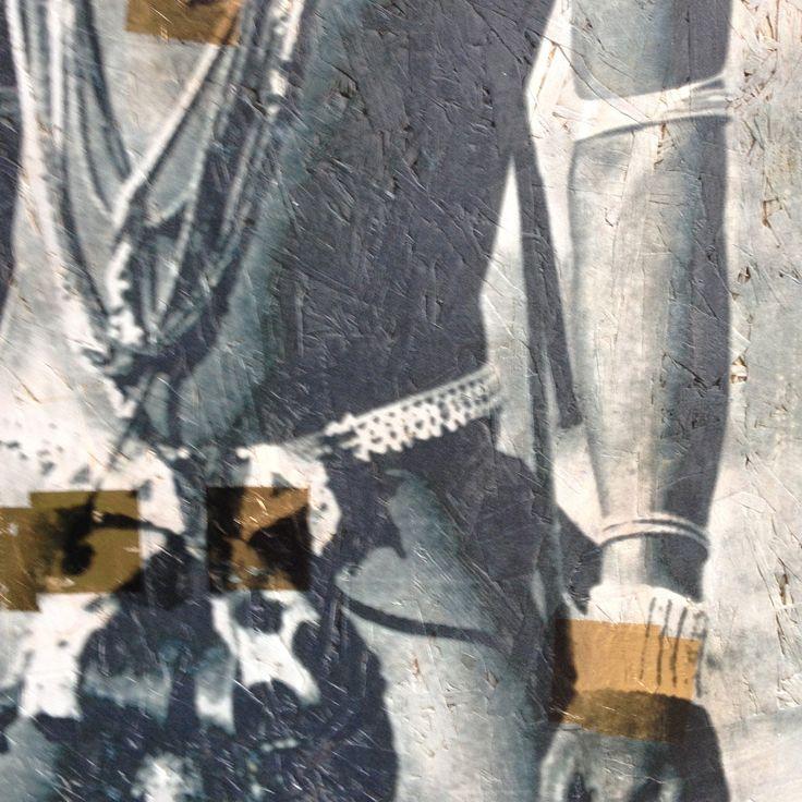 Détails bijoux et tenue africaine Feuilles d'or, acrylique, panneau OSB