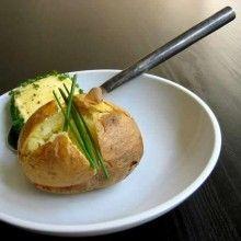 Aardappel in de schil met verse kruidenboter. Was de aardappelen grondig.Bak ze gedurende 30 à 40 min in de oven op 200°C.Meng de boter met de fijngehakte look en breng op smaak met peper, zout en venkelzaadpoeder.Rol de lookboter in aluminiumfolie en laat even opstijven in de koelkast. Verwijder de folie en rol de boter in de fijngehakte bieslook.Snijd de warme aardappelen …