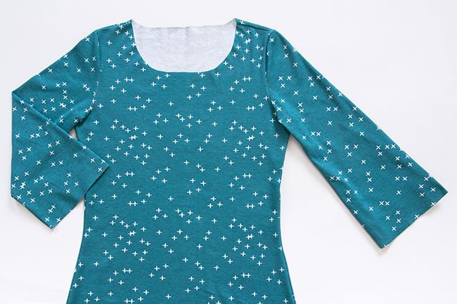 Nähe dir ein lässiges Jersey-Shirt! Die hübschen Details dieses Modells – wie der Schlitz am Halsausschnitt oder die ausgestellten, unten gerafften Ärmel – kommen besonders bei einfarbigen oder schlicht gemusterten Stoffen zur Geltung. Hier geht's zur Anleitung für Fortgeschrittene von Stefanie Brugger!