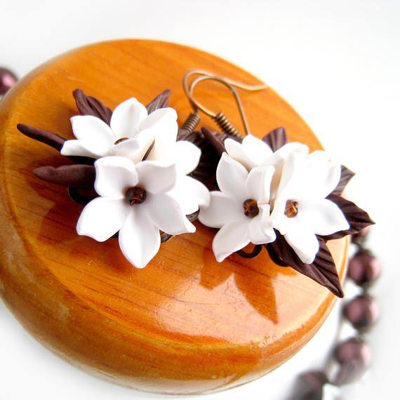 Ursprüngliche romantische Dekoration mit Blumen handgefertigt aus Polymer Clay. Halskette und Ohrringe mit den zartesten Lilejnikom und Ljutikami. Kann in jeder beliebigen Farbe wiederholen. Die Blumen sind aus Fimo hergestellt, Zapekaemoj Taglilien Acrylfarbe verschmutzt ist. In der