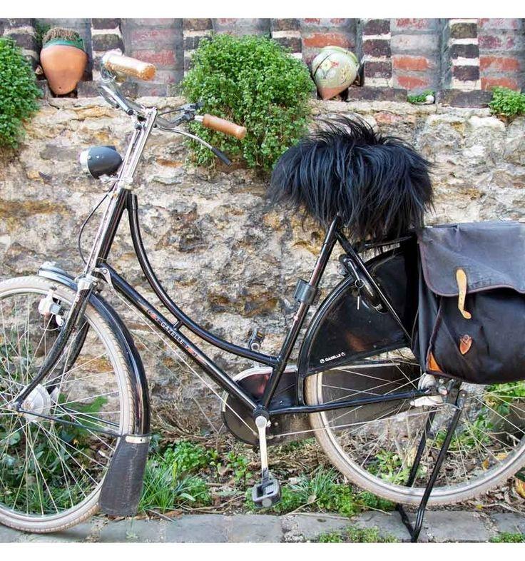 Cette housse de selle en peau mouton naturelle, au look original, drôle et inimitable, s'adapte sur toute sorte de vélo. quelques secondes pour le couvre selle.