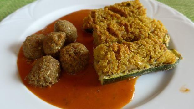 Gefüllte Zucchini - Schiffchen an Tomaten - Kürbis - Soße dazu Grünkernbällchen - Öl - Eiweiß - Kost  (alle Zutaten sind Bio-Produkte)