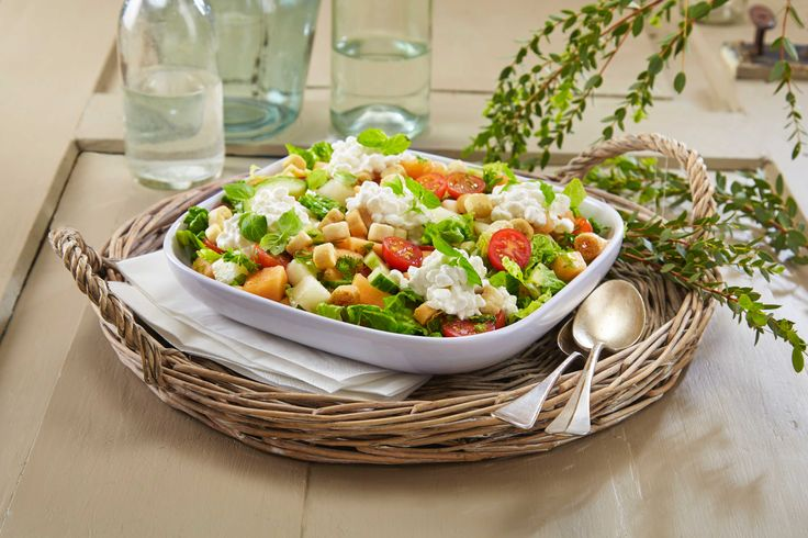 Denne salaten inneholder mange godsaker. Romanosalat, slangeagurk…