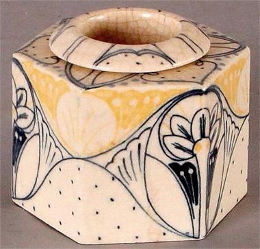 Inktpot van aardewerk, Purmerend. Handbeschilderd met Jugendstil afbeeldingen ca. 1930. Inkwell (Purmerend, the Netherlands) earthenware, hand-painted, ca. 1930.