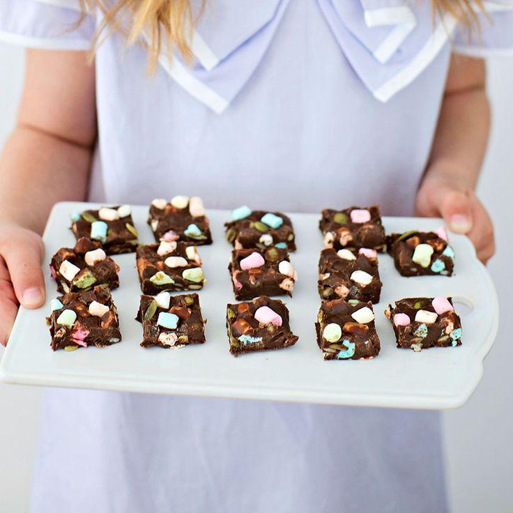 Fudge med marshmallows & pumpakärnor Använd gärna olikfärgade marshmallows för ett lite festligare utseende på fudgen.