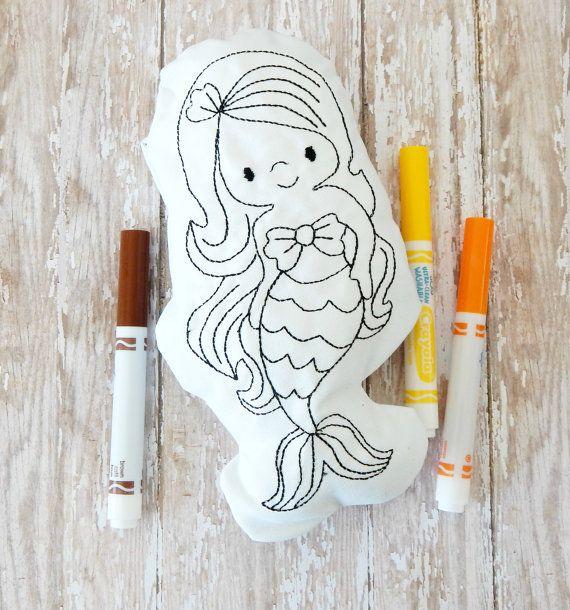 Uw kleine zeemeermin zal genieten op haar nieuwe doodle het kussen kleurplaten kleurplaten. Deze zeemeermin kussen heeft een geborduurde ontwerp met