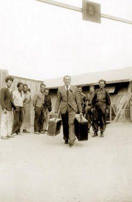 1944, El fotógrafo Agustí Centelles saliendo del campo de Bram, en Francia. #Fotografía Agustí Centelles i Ossó
