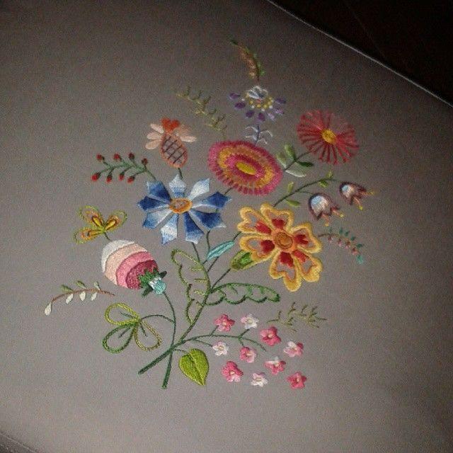 "32 Likes, 3 Comments - Bordados Marina Mendonça (@bordadosmarinamendonca) on Instagram: ""#bordados #arteterapia #linhaseagulhas #bordadosmarinamendonça #flores #feitoamao #embroidery…"""