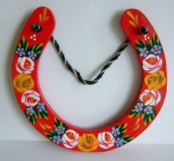 Decorated horse shoe in classic colours