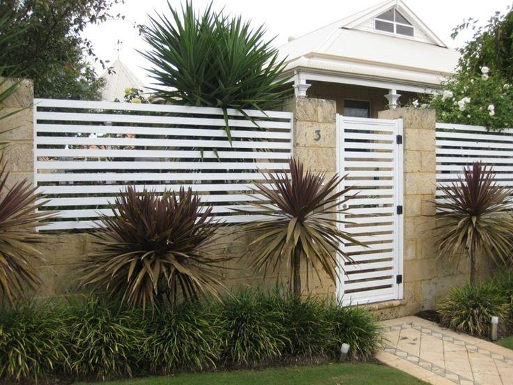 valla blanca metálica para la entrada de la casa