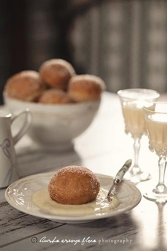 Italian doughnuts with liqueur-vanilla sauce!