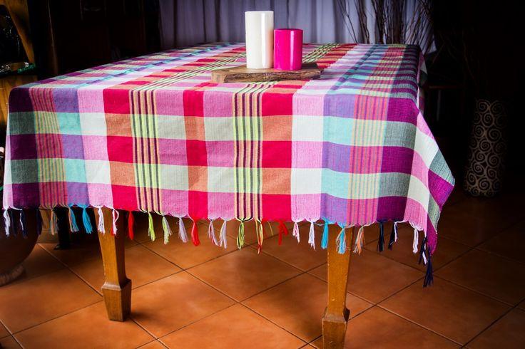 Variedad de manteles elaborados en San Sebastián, San Vicente, tanto para mesas cuadradas como rectangulares