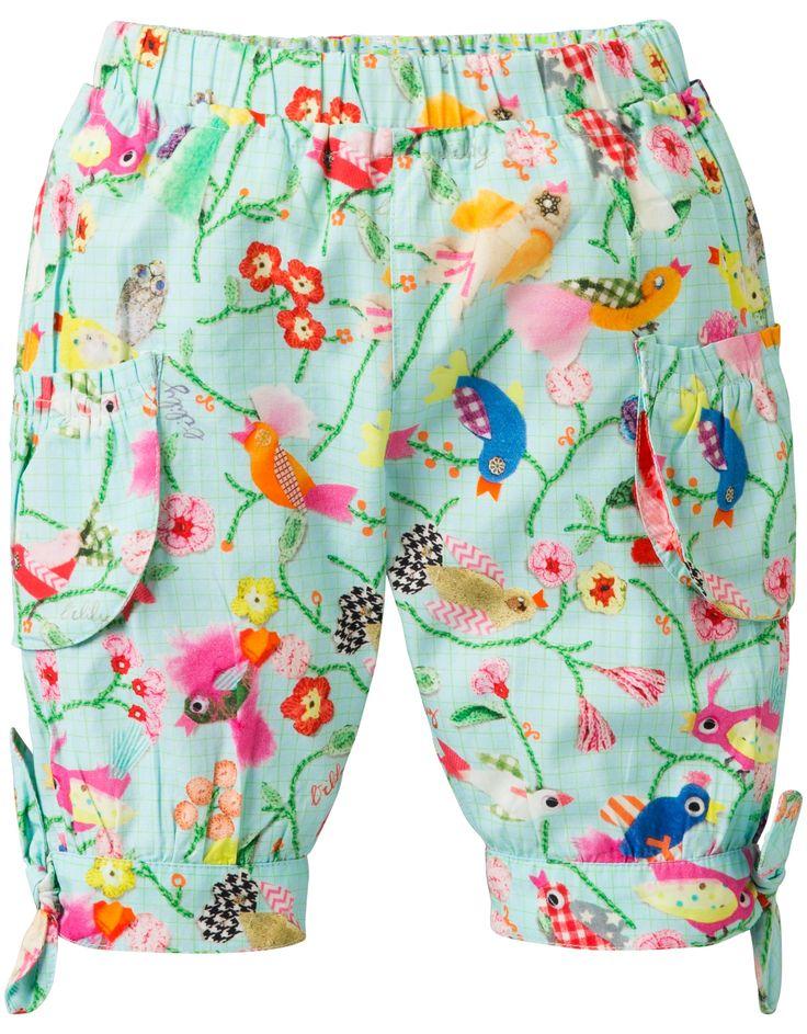 Broek van licht en luchtig katoen met zakken op de knieën. Zitten strikjes op de zijkant van de broekspijpen en een elastische tailleband. Heeft een gekke Oilily vogelprint.