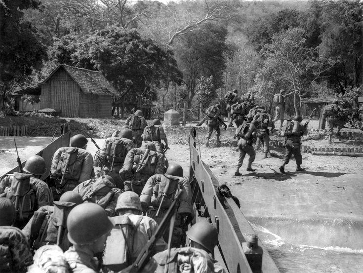 Bepakte Nederlandse troepen gaan aan land te Pasir Poetih, honderd kilometer ten oosten van Probolinggo (Java, Indonesië) op 21 juli 1947, het begin van de eerste politionele actie.