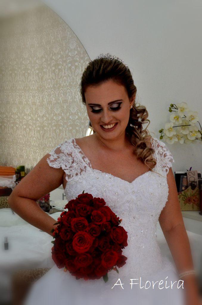 Buque Kamila. Rosas vermelhas, hastes longas para uma noiva alegre e de personalidade forte.