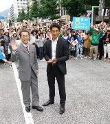 新宿・歌舞伎町のセントラルロード改め「ゴジラロード」で25日、映画『シン・ゴジラ』のワールドプレミアレッドカーペットイベントが行われ、長谷川博己、竹野内豊、石原さとみら主要キャスト、スタッフが登場、集まった約3,000人を熱狂させた。