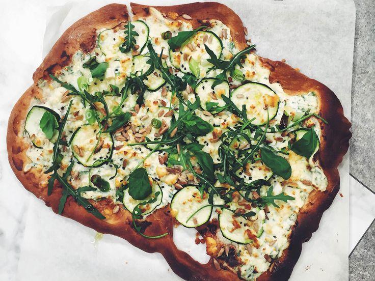 Grön pizza med fetaost, avokado, vitlök, ruccola och zucchini   Köket.se