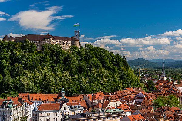 A ljubljanai várat még a római korban kezdték el építeni. Ekkor még csak egy favár volt itt. A XII. század során épült fel a kővár. Ma alakját a 17. században nyerte el. Egy érdekes legenda tartozik a várhoz. Eredetileg egy sárkány élt a vár melletti mocsárban. Ő védte a várat. A sárkány embléma a mai napig felfedezhető a vár címerén.