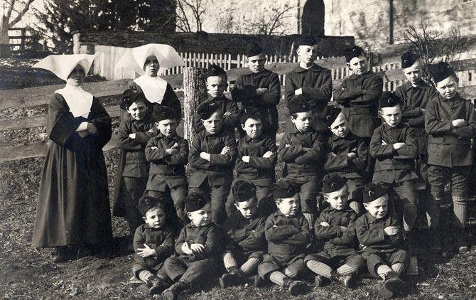 Kinderen in uniform voor het kasteel van Vaulruz en enkele begeleidsters, zusters van de orde van Sint Vincentius a Paulo