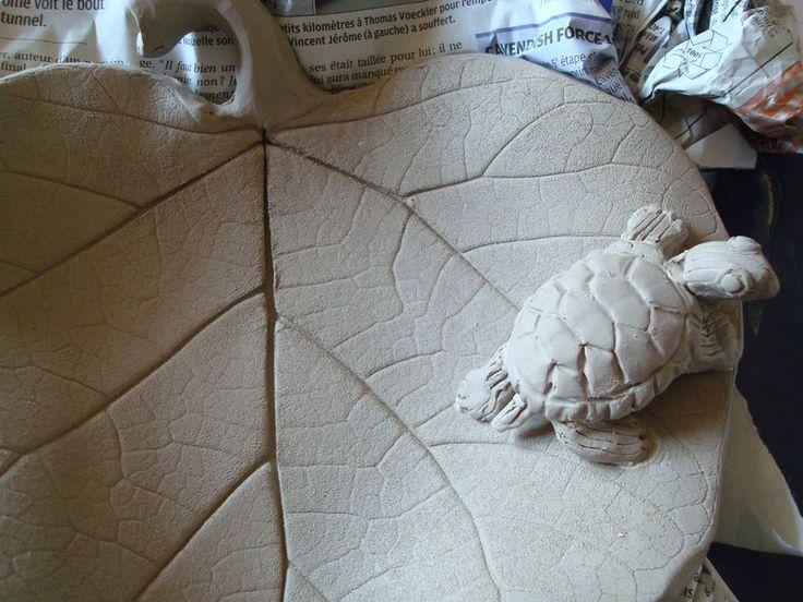 Modelage (avec tutoriel) d' une petite tortue de Floride sur une feuille de catalpa; En vente ici: http://www.alittlemarket.com/vaisselle-verres/fr_plat_feuille_en_ceramique_avec_une_petite_tortue_-11883995.html