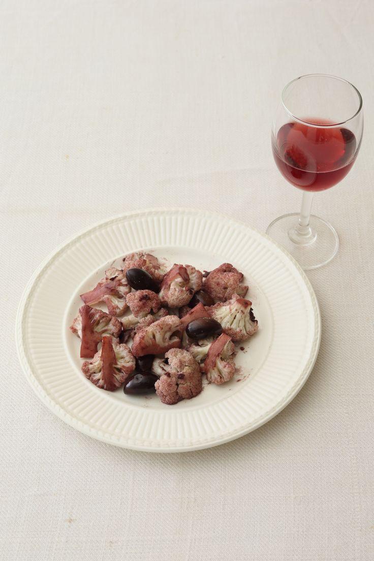 ワインに溺れたカリフラワー シチリア風の野菜料理は赤ワインの友  <材料 2〜3人分> カリフラワー 1個 にんにく 1片 アンチョビ 3枚 黒オリーブ 8個 赤ワイン 50ml オリーブ