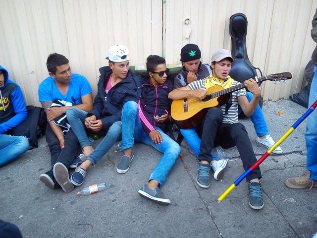 29 de mayo, marcha por las víctimas. Defensoría. Campesino tocando la guitarra. Música.