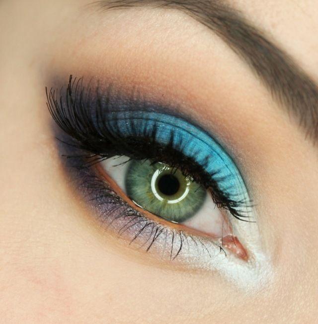 maquillage yeux avec mascara noir et fard à paupières en bleu