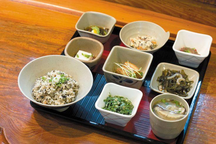 開業から30年以上続く庶民派レストラン。気取らない雰囲気が漂う店内には、沖縄らしい家庭的な定食を中心に約250種類の料理がスタンバイ。新鮮な刺身、珍しい沖縄食材を使った料理、日替わ