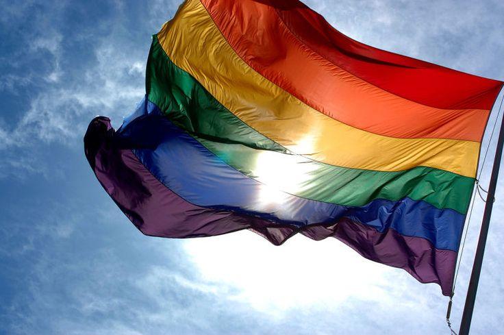 En junio se celebra en todo el mundo el mes del orgullo gay (o del orgullo LGBT) y el mayor símbolo de esta comunidad es su bandera de ocho colores. Conocida como bandera arcoíris, bandera gay o de la libertad, esta fue creada por el artista Gilbert Baker y cada uno de sus colores representa algo distinto.