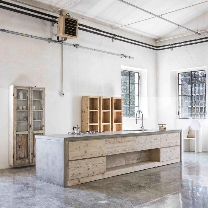 cuisine style loft industriel espace ouvert meubles de cuisine bois clair baies vitrées