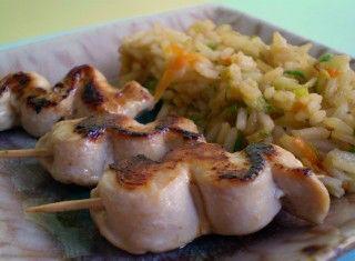 Riso fritto con verdure e spiedini di pollo marinato