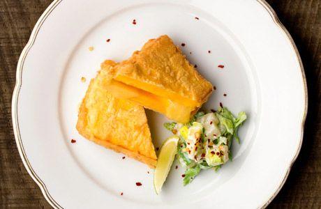 Gefüllte Kürbisschnitzerl mit Sellerie-Kohlrabi-Salat / © Thomas Apolt