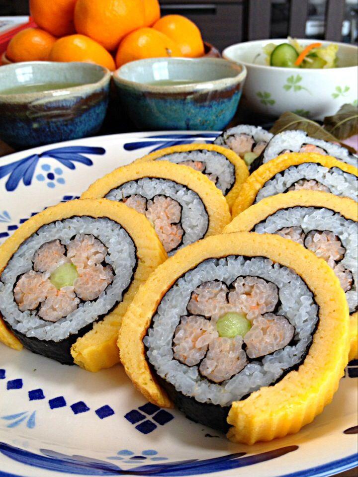 伊達巻き寿司です。レシピは伊達巻きで。はんぺんでふわっふわ♪だし汁でしっとり♪ by yumyumy1 at 2014-1-14