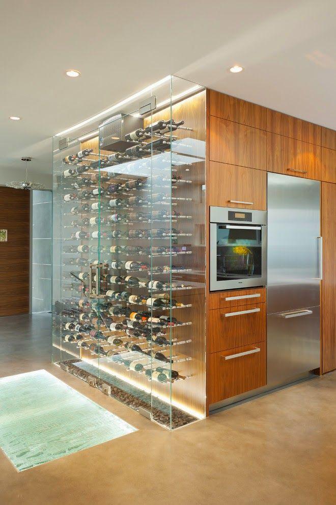 Que tal um fechamento em vidro para aproveitar a lateral do armário da cozinha com a sua adega? Ótimo para quem quer uma adega, mas não tem muito espaço, ou não quer um ambiente apenas para isso!